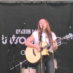 Jess Josie Lee Singing Guitarist