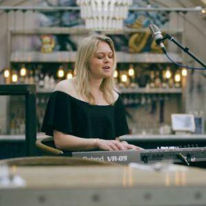 Lucy Ellen Singing Pianist